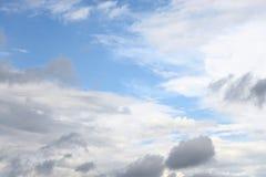 Mörker, illavarslande regnmoln och blå himmel royaltyfri bild