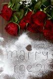 """Mörker - röd rosor och """"Marry mig arkivbild"""