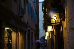 Mörkergränden i Venedig med lyktan tänder Royaltyfri Foto