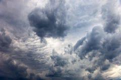 Mörkermoln - dramatisk himmel Arkivbilder