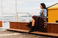 Mörkhyad flicka med en dröm- stoppare på kusten Fotografering för Bildbyråer