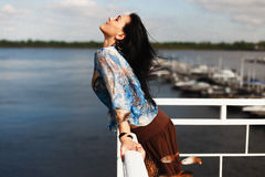 Mörkhyad flicka med en dröm- stoppare på kusten Arkivfoton