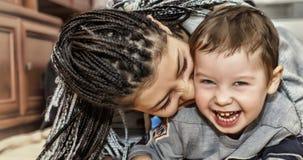 Mörkhyade moderlekar med hennes son Latin - amerikanska mammalekar och skratt med hans lilla son Begrepp: Lycklig dag för moder`  arkivfoton