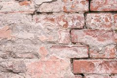 mörkröd vägg för tegelsten Yttersida av cement gammal arkitektur royaltyfria bilder