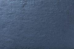 Mörkt - blå bakgrund av naturligt kritiserar stena textur royaltyfri foto