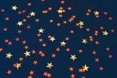 Mörkt - blå bakgrund med gula och röda stjärnor royaltyfri illustrationer