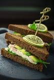 Mörkt bröd för läckra smörgåsar på steknålar med Royaltyfri Foto