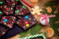 Mörkt chokladskäll med mångfärgade droppar arkivfoton