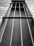 mörkt fängelsefönster Arkivfoto