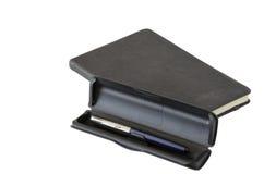 Mörkt isolerat anteckningsbok- och pennfall fotografering för bildbyråer