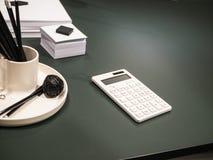 Mörkt kontorsskrivbord med vita tillförsel arkivbilder