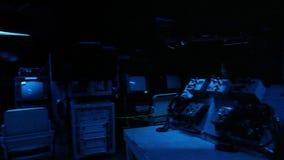 Mörkt kontrollrum för slagskepp arkivfilmer