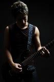 mörkt leka för gitarrman arkivbild