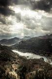 Mörkt lynnigt berglandskap i höstsäsong runt om kanjonen med den Rijeka Crnojevica flodkurvan från hög sikt i mulen dag w arkivfoto
