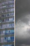mörkt modernt för byggnadsoklarhet royaltyfri foto
