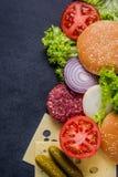 Mörkt restaurangmeny, hamburgareingredienser och kopieringsutrymme arkivbilder
