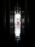 Mörkt rum med en Buddhastaty på upprest Arkivbild