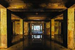 Mörkt ruttet förstört som översvämmades av regn, övergav byggnad royaltyfri foto