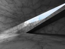 Mörkt tomt konkret rum med takfönstret till himmel Royaltyfri Bild