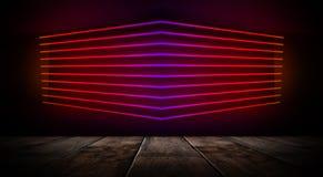 Mörkt tomt rum med tegelstenväggar och neonljus, rök, strålar royaltyfri bild