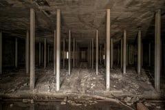 Mörkt underjordiskt utrymme i övergiven fabrik Royaltyfri Bild