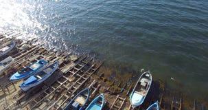 Mörkt vatten av Blacket Sea i bulgaren Pomorie