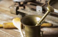 Mörser mit Küchenwerkzeugen stockfotografie