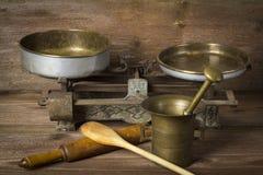 Mörser mit Küchenwerkzeugen stockfoto