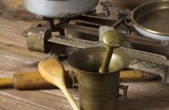 Mörser mit Küchenwerkzeugen lizenzfreie stockbilder