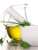 Mörtel mit frischen Kräutern und Olivenöl lizenzfreies stockbild