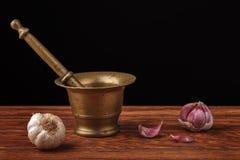Mörtel und rohes Knoblauch-Stillleben Lizenzfreies Stockfoto