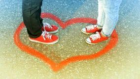 Möta ett förälskat par, en man och en kvinna som applicerar två hjärtor royaltyfri bild