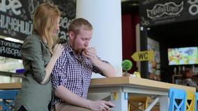 Möta par som är förälskade i kafét arkivfilmer