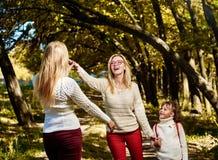 Möta parkerar lyckliga systrar in Arkivfoto