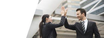 Mötande hälsning höga fem för affärsman- och affärskvinnahänder Arkivfoton