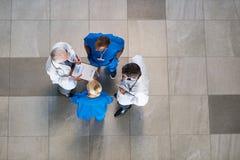 Möte av docotrs och sjuksköterskor arkivbilder