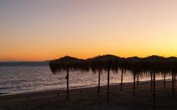 Möte av en ny dag på gryning på kusten av ett lugna hav i sanden Royaltyfri Foto