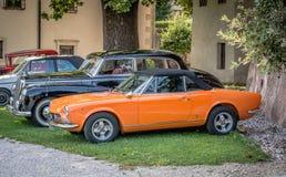 möte av klassiska bilar Gamla berömda bilar på parkeringen Royaltyfri Foto