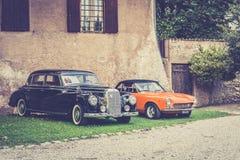 möte av klassiska bilar Gamla berömda bilar på parkeringen Royaltyfri Fotografi