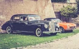 möte av klassiska bilar Gamla berömda bilar på parkeringen Arkivbilder