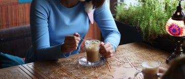 möte av klienten tycka om i kafé tillsammans Unga kvinnor som möter i ett kafé möte i ett kafé för kaffe blå klänning, sittin arkivfoton