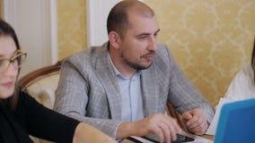 Möte av kontorslagaffär Det aktionledaren och laget diskuterar strategier Samarbete tillväxt, framgång lager videofilmer