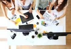Möte av medarbetare och planläggningsnästa steg Arkivfoton
