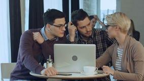 Möte av medarbetare och planläggningsnästa steg av arbete med bärbara datorn lager videofilmer