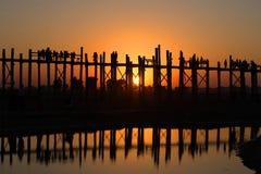 Möte av solnedgången på bron för U Bain Amarapura Burma Royaltyfria Bilder
