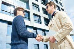 Möte av två entreprenörer utomhus arkivbild