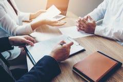 Möte för affärsfolk som planerar strategi som talar om affärsplanet, framstegrapport för affärsarbete arkivfoton