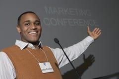 Möte för affärsmanGiving Presentation At konferens royaltyfri foto