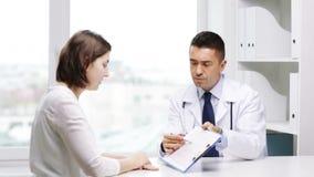 Möte för doktor och för ung kvinna på sjukhuset stock video