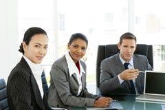 Möte för företags affär - multietnisk gruppstående - globala förhandlingar royaltyfri bild